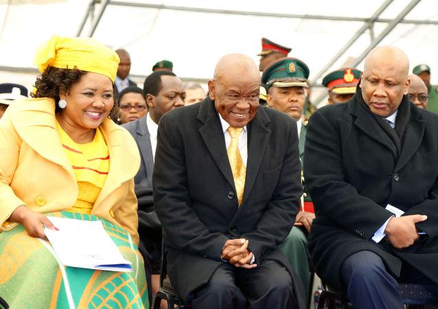 Başbakanlık yemin töreninde first lady Maesaiah Thabane, Başbakan Thomas Thabane ve Lesotho Kralı Letsie III (soldan sağa)