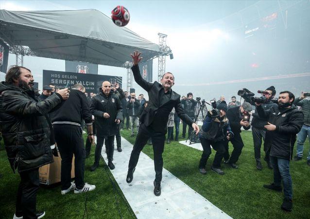 Beşiktaş Kulübünün yeni teknik direktörü Sergen Yalçın (ortada), düzenlenen törenle 1,5 yıllık sözleşmeye imza attı. İmza töreninin ardından teknik direktör Yalçın, taraftarlara top hediye etti.
