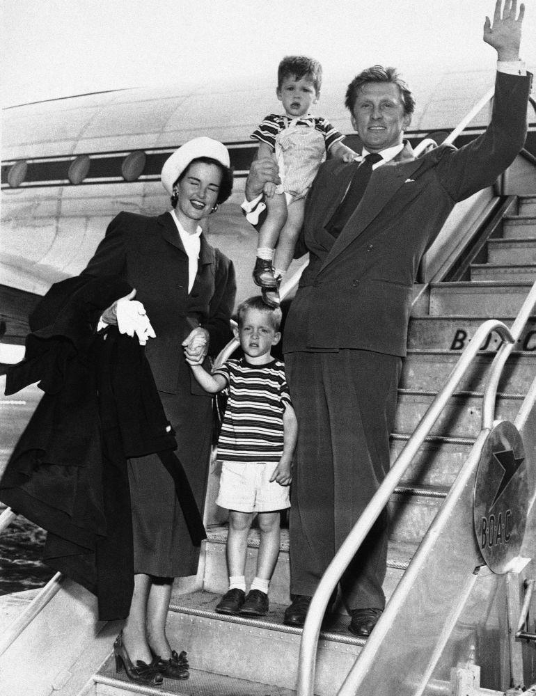 Kirk Douglas, ilk eşi Diana Dill ve  oğulları Michael  ve Joel  ile poz verirken.