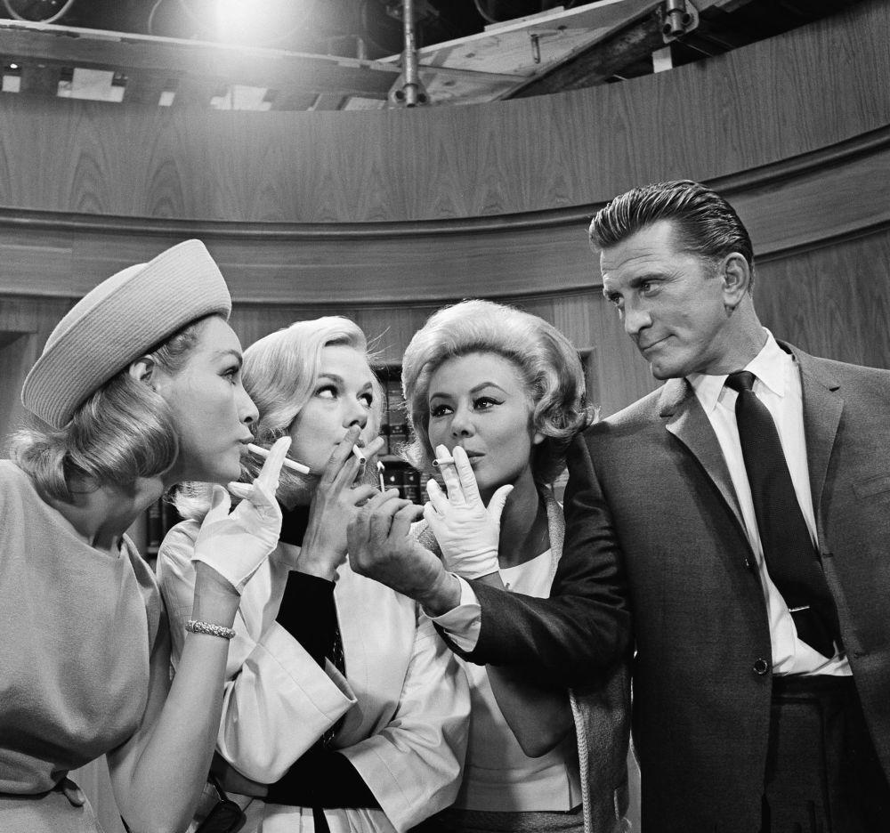 Three on a Match filminde Douglas, oyuncular Julie Newmar, Leslie Parrish ve Mitzi Gaynor (soldan sağa) ile  birlikte rol aldı, 1962