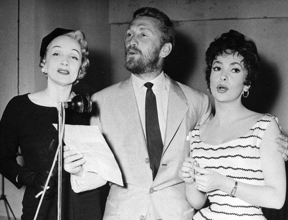 Douglas 1950 ve 60'lı yıllarda zamanın önde gelen kadın oyuncuları ile birlikte sahne almıştır.  Fotoğrafta: Marlene Dietrich (solda), Kirk Douglas ve Gina Lollobrigida (sağda), 1955