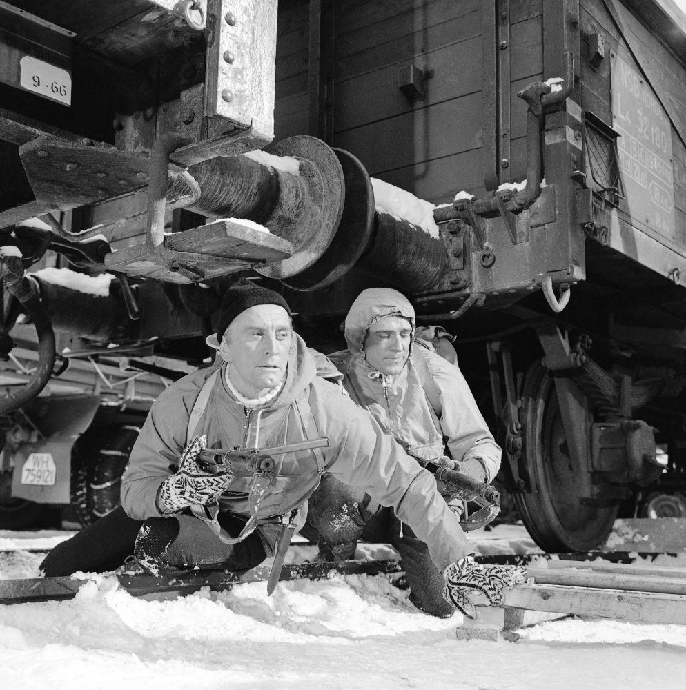 Douglas birçok farklı askeri rolde oynamıştır. Bunların arasında Top Secret Affair (1957), Paths of Glory (1957), Town Without Pity (1961), The Hook (1963), Seven Days in May (1964), In Harm's Way (1965), Heroes of Telemark (1965), Cast a Giant Shadow (1966), ve Is Paris Burning (1966) sayılabilir.  Fotoğrafta: Douglas'ın (solda) Richard Harris ile birlikte  oynadığı Heroes of Telemark filminden bir kare.