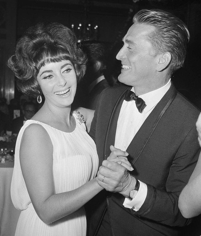 Kirk Douglas, dönemin seks sembolü olarak bilinen oyuncu Elizabeth Taylor ile dans ederken, 1961