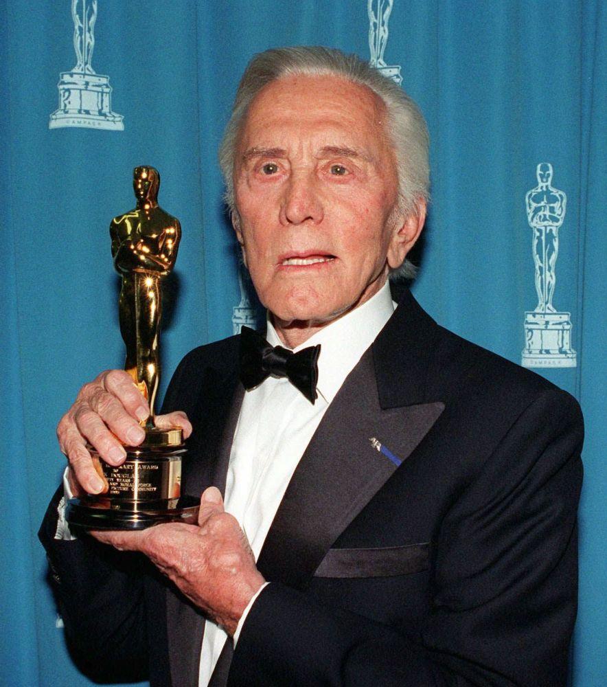 3 defa Oscar'a aday gösterilen Kirk Douglas, 1996 yılında sinema sanatına 50 yıllık katkı özel Oscar ödülüne layık görüldü.