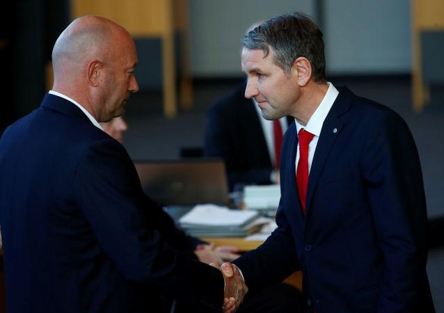 Erfurt'taki parlamentoda FDP'li Thomas Kemmerich Thüringen eyalet başbakanı seçilmesinin ardından AfD lideri Björn Höcke (sağda) ile el sıkışırken