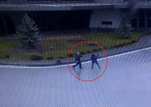 Çorum'da, şehir dışına gitmek için otogara gelen S.S. adlı kadın, eşiyle tartıştıktan sonra tabancayla havaya ateş etti. Polisin etkisiz hale getirdiği kadın gözaltına alınırken, o anlar güvenlik kameralarınca görüntülendi.