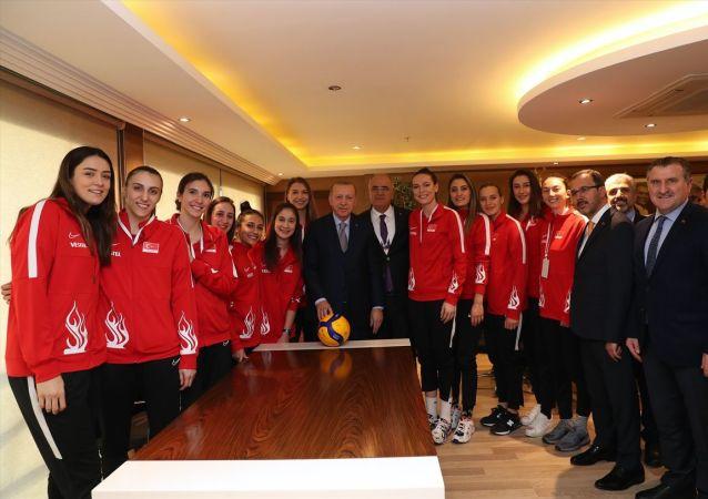 Cumhurbaşkanı Recep Tayyip Erdoğan, A Milli Kadın Voleybol Takımı oyuncuları ile bir araya geldi.