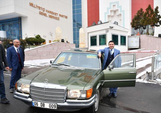 MHP Genel Başkanı Devlet Bahçeli, klasik otomobillerinden birini Harran Belediye Başkanı Mahmut Özyavuz'a hediye etti.