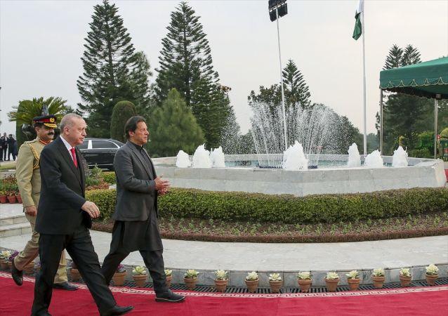 Türkiye Cumhurbaşkanı Recep Tayyip Erdoğan, Pakistan Başbakanı İmran Han tarafından resmi törenle karşılandı.