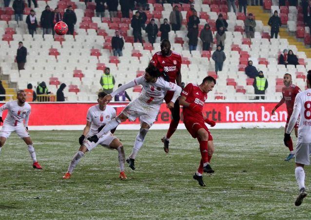 Ziraat Türkiye Kupası'nda Sivasspor evinde Antalyaspor'u konuk etti. Konuk ekip Antalya, sahadan 1-1'lik skorla ayrılırken adını yarı finale yazdıran takım oldu.