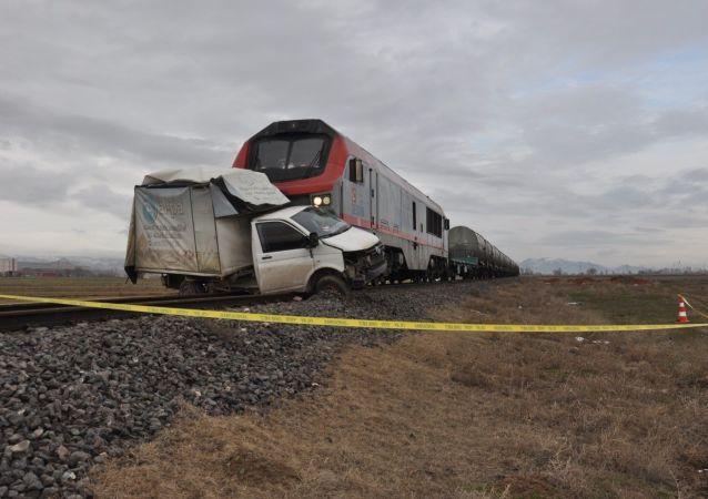 Afyonkarahisar'da geçtiğimiz hafta meydana gelen tren kazasının olduğu hemzemin geçitte trenin bir ekmek kamyonetine çarpması sonucunda 1 kişi hayatını kaybetti.