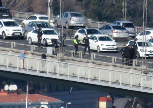 15 Temmuz Şehitler Köprüsü korkuluklarına çıkan bir kişi intihar girişiminde bulundu.