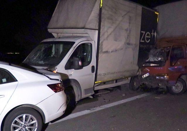 Bursa'da, çalıştıkları firmaya ait kamyonetin patlayan lastiğini değiştirmek için yardıma gelenlere başka kamyonetin çarpması sonucu 1 kişi öldü, 4 kişi yaralandı.