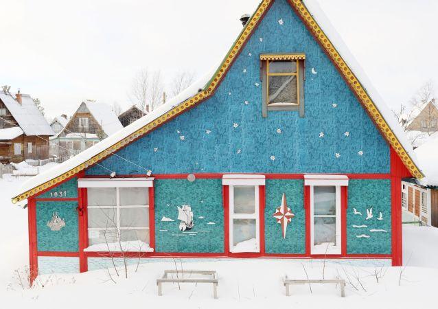 Arhangelsk bölgesinde kartpostallık görüntüler oluşturan ahşap evlerden biri.