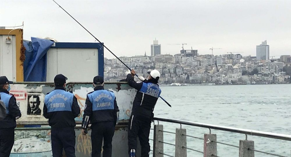 Yasağa rağmen bariyerlerin arkasına saklanıp balık tutmak istedi, zabıtaya yakalandı