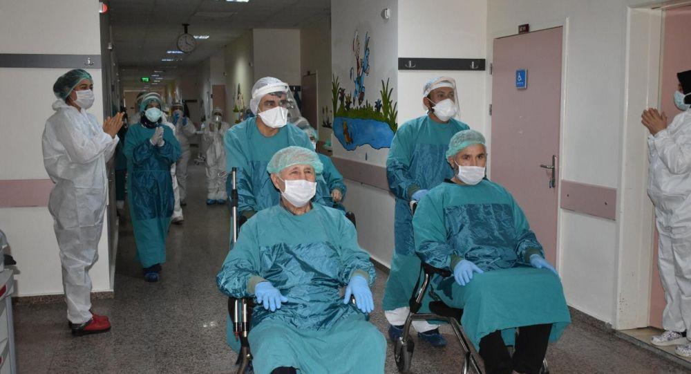 Osmaniye'de koronavirüsü yenen 3 hasta alkışlarla taburcu edildi