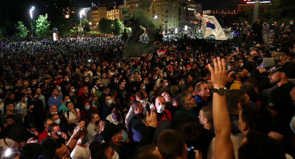 Koronavirüs tedbirleri nedeniyle protesto gösterileriyle sarsılan Sırbistan'dan kareler