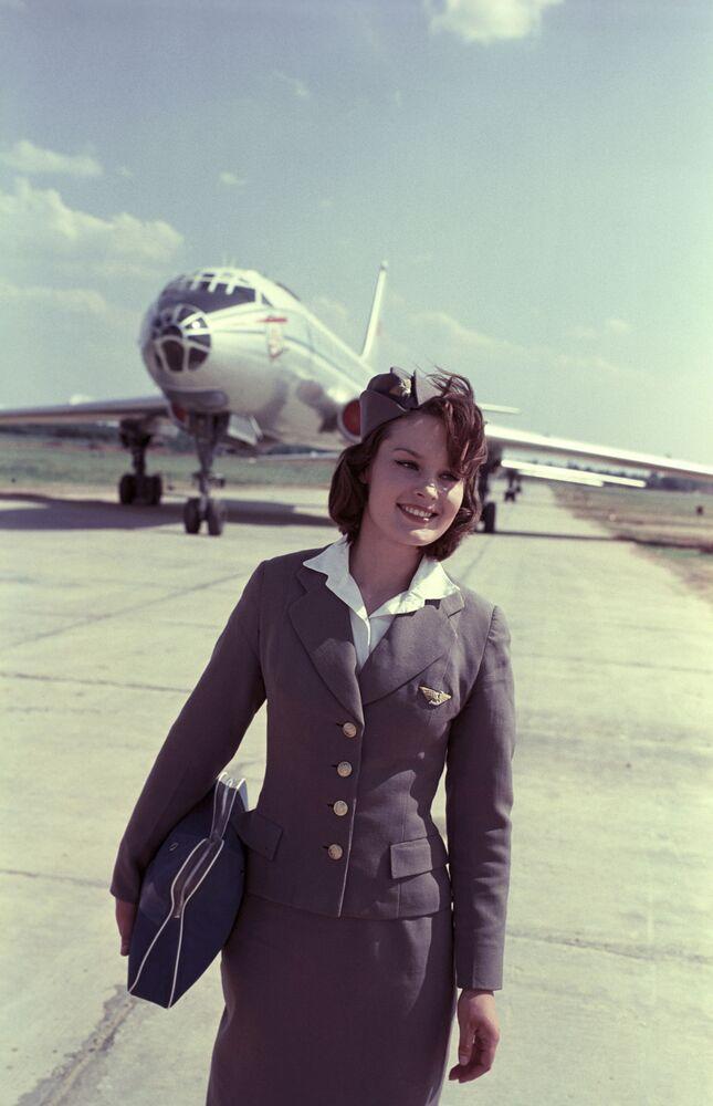 Moskova'daki Şeremetyevı Havaalanı'nda çalışan kabin memuru, 1964