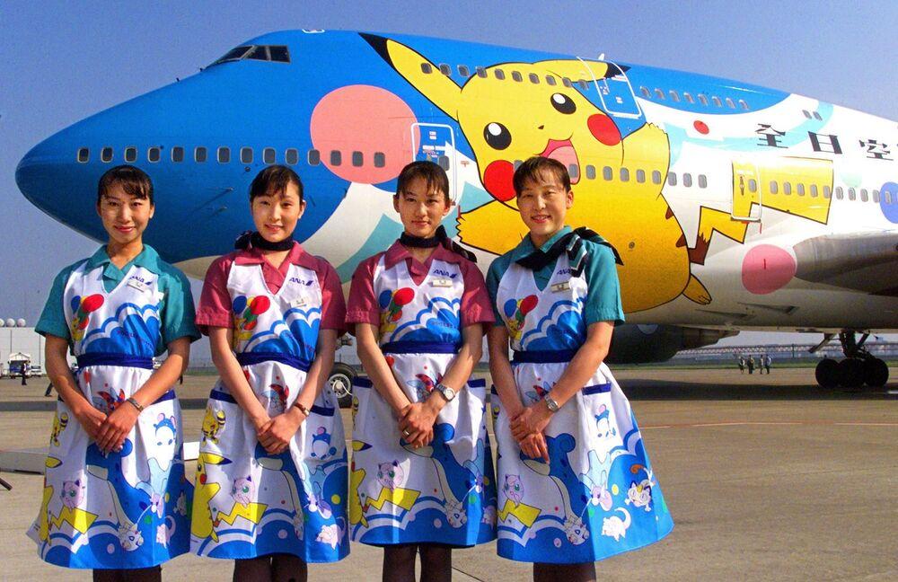 Japon ANA Havayolları'nın hostesleri, Pokemon temalı uçağı tanıtırken, 1999