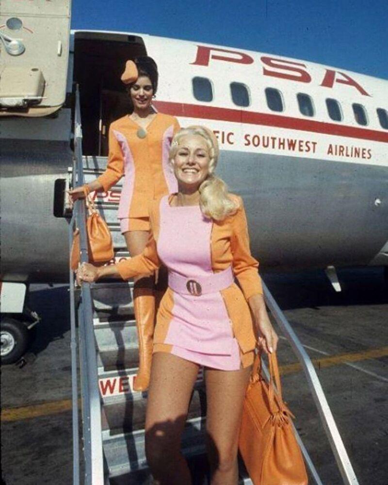 Renkli üniformaları ve mini etekleriyle dikkat çeken Amerikan Pacific Southwest Airlines (PSA) havayolu şirketinin kabin memurları, 1960'lı yıllar