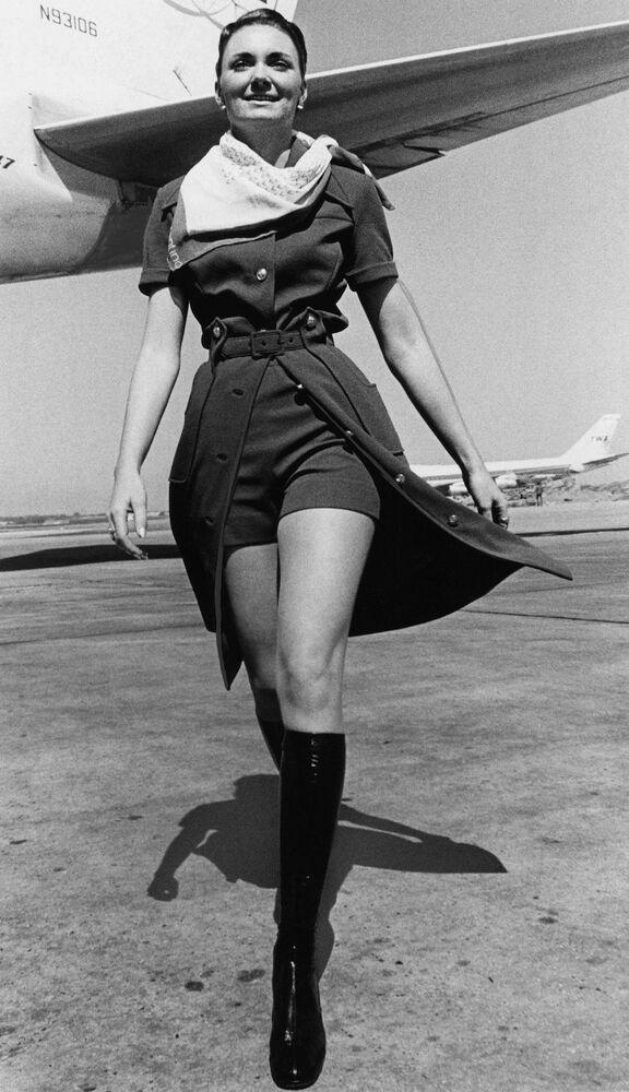 TWA Havayolları'nın yeni kısa pantalonlu üniformasını tanıtan hostes, New York, 1971