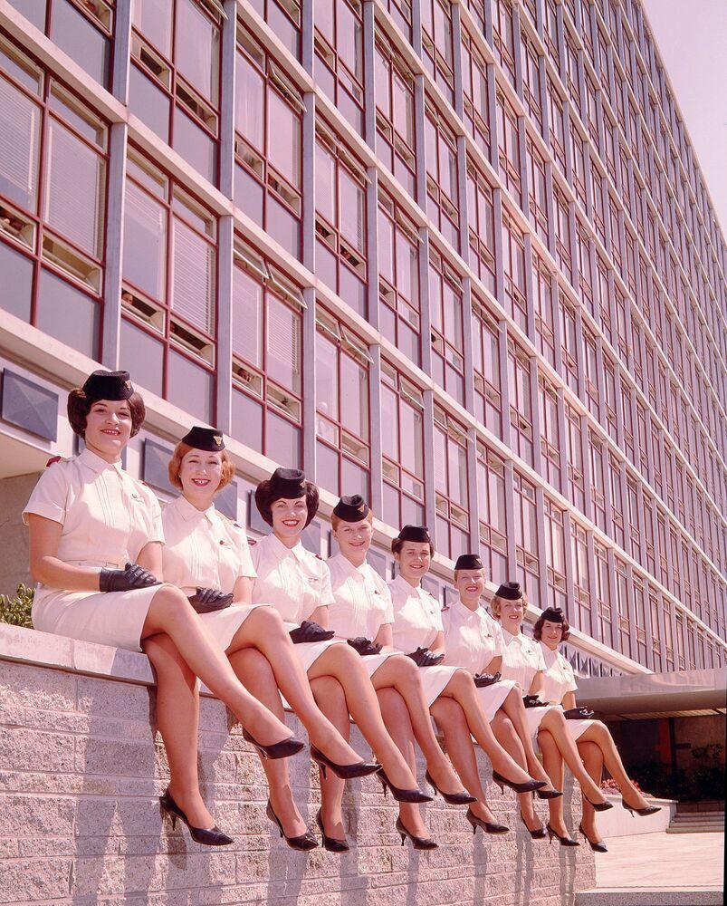 Amerikan National Airways Corporation havayolu şirketinin kabin memurları poz verirken, 1959