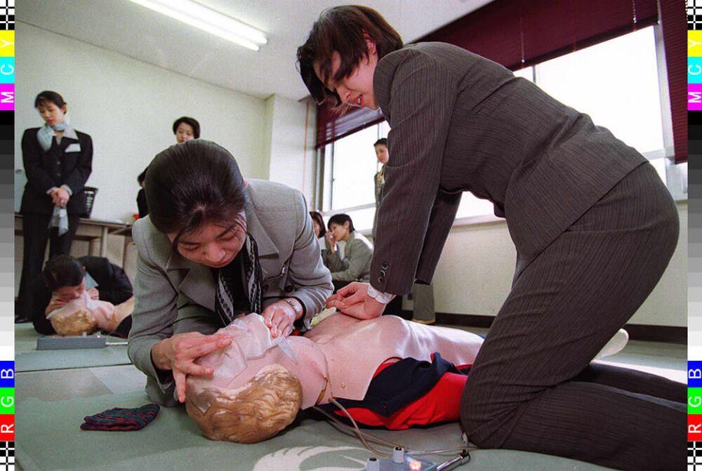 Japon Havayolları'na işe yeni alınan hostesler ilk yardım eğitimi sırasında