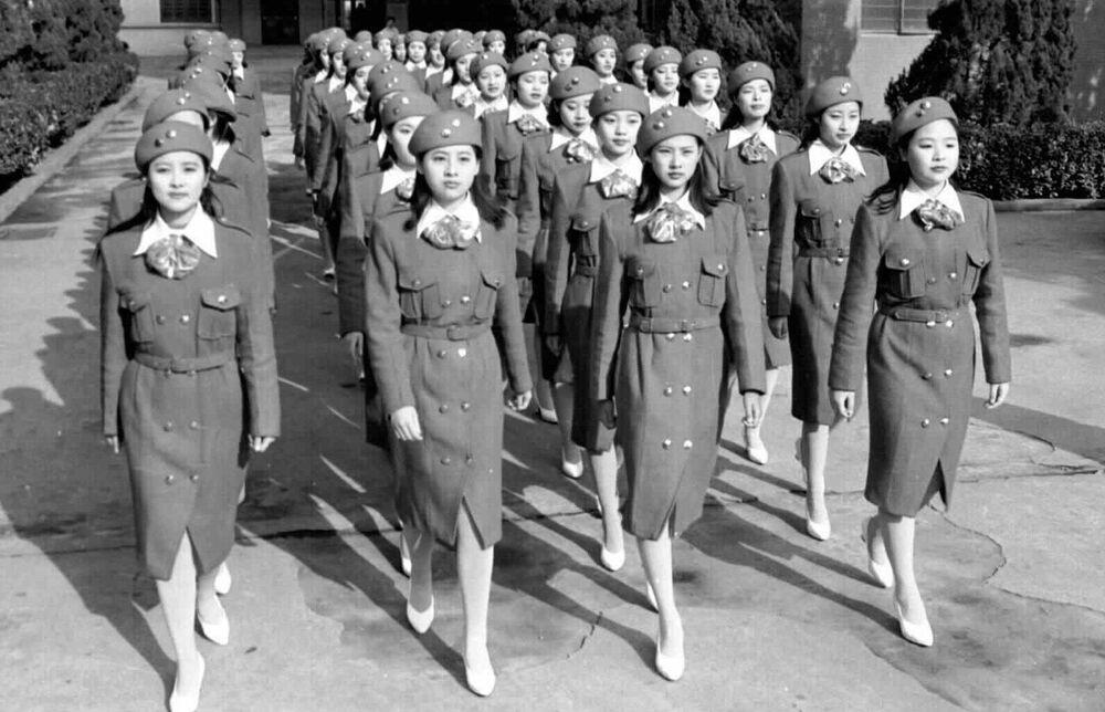 Çin'de hizmet veren hosteslik eğitim kurslarının öğrencileri, 1997