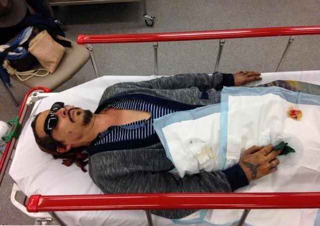 Johnny Depp'in parmağından yaralanmış halde sedyede yattığı iddiasındaki bir fotoğraf kanıt olarak Londra'daki mahkemeye sunuldu.