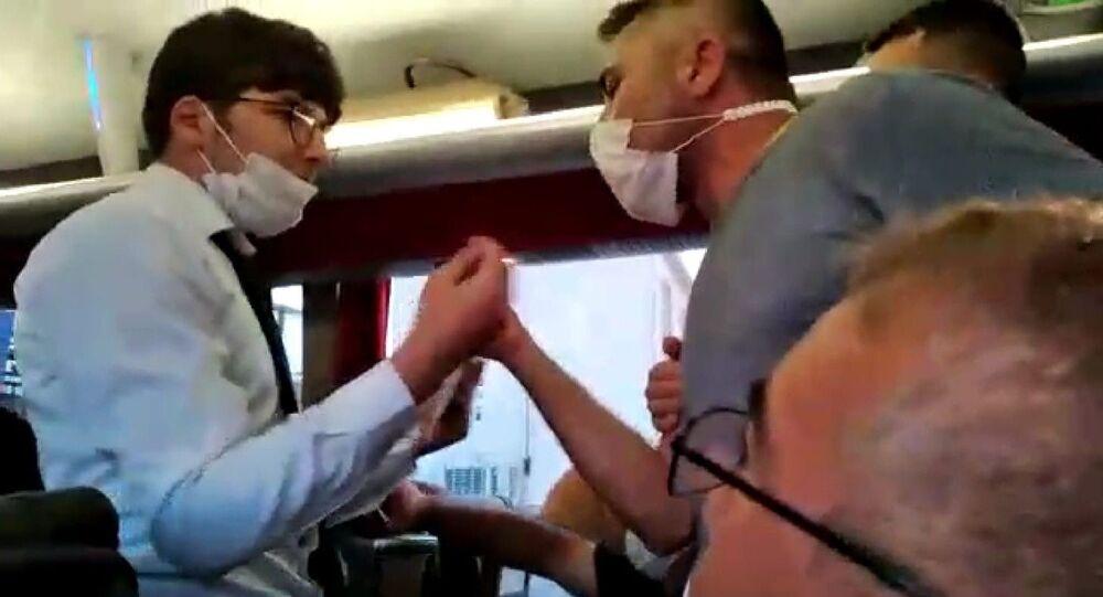 Aydın'ın Didim ilçesinden Sivas'a giden bir firmaya ait yolcu otobüsünde koronavirüs tartışması yaşandı
