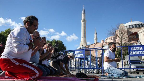 Yerli ve yabancı medya kuruluşlarının yanı sıra vatandaşların bekleyişini sürdürdüğü tarihi Ayasofya Meydanı'nda toplanan yaklaşık 500 kişilik grup, Danıştay'ın kararını sevinçle karşıladı. Bazı vatandaşlar, meydanda namaz kıldı. - Sputnik Türkiye