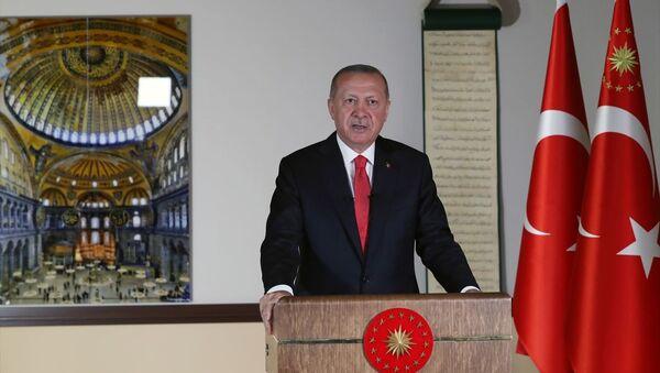Türkiye Cumhurbaşkanı Recep Tayyip Erdoğan, saat 20.53'te Millete Sesleniş konuşması yaptı. - Sputnik Türkiye
