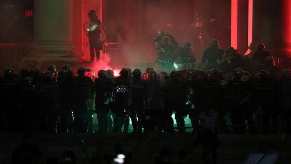 Belgrad yine karıştı: Protestocular parlamento binasını fişek yağmuruna tuttu - Sputnik Türkiye