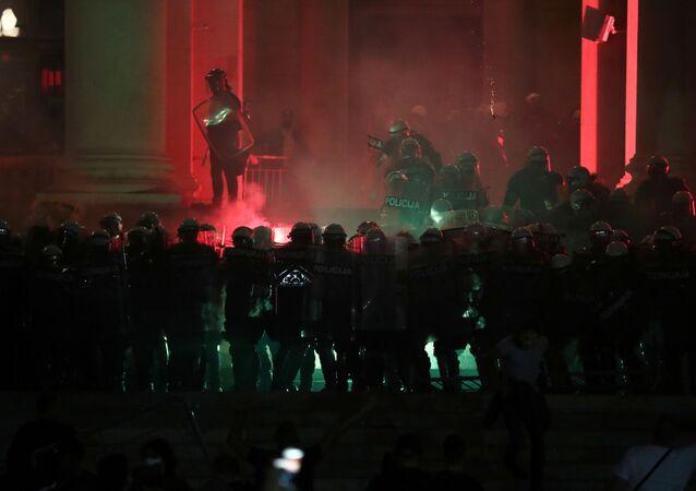 Belgrad yine karıştı: Protestocular parlamento binasını fişek yağmuruna tuttu