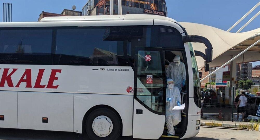 Yeni tip koronavirüs (Kovid-19) tedavisinin ardından karantina sürecini tamamlayan ancak yeni HES kodu almadan şehirlerarası otobüse binen kişi, Aydın'da otobüsten indirilerek hastaneye götürüldü.