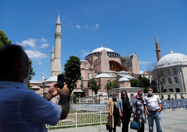 Erdoğan'ın camiye dönüştürülmesi kararını imzalamasının ardından Ayasofya önünde poz verenler