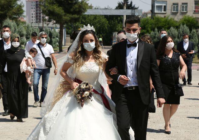 Koronavirüs önlemleri çerçevesinde Diyarbakır'da resmi nikah töreninden maskeyle çıkan çift