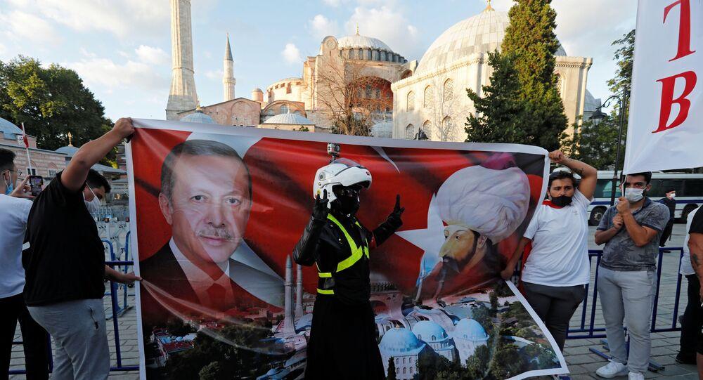 Danıştay'ın camiye dönüşmesine hükmetmesinin ardından Ayasofya önünde Cumhurbaşkanı Erdoğan ile Fatih Sultan Mehmet'in posterini açanlar