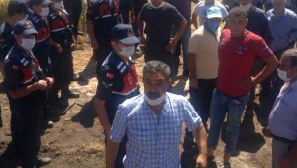 onya'nın Ilgın ilçesinde kömür ocağı için tarlalarının kamulaştırılmasına karşı gelen mahalleliler karayolunu trafiğe kapattı. Vatandaşlarla görüşmeye gelen Ilgın Kaymakamı Yunus Fatih Kadiroğlu vatandaşın birine 'Terbiyesizlik yapma lan' diye çıkıştı - Sputnik Türkiye
