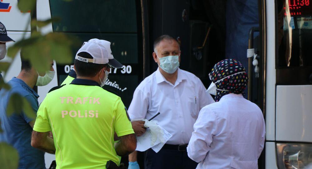 İstanbul'dan otobüsle Karabük'e yolculuk yapan 3 kişilik ailenin koronavirüs sonucu sistemde pozitif gözükünce, otobüste bulunan 12 kişi ev karantinasına alındı.