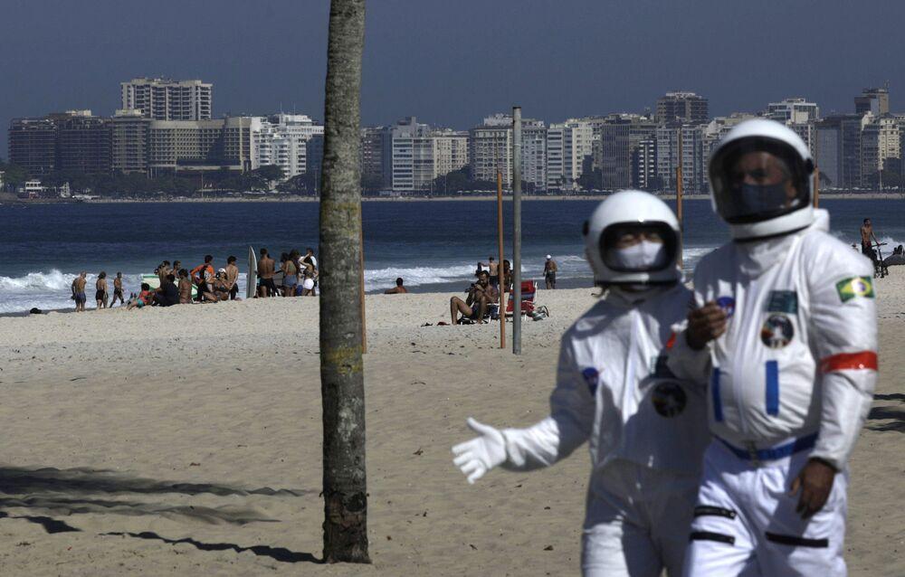 Latin Amerika'da salgının merkez üssü olarak kabul edilen Brezilya'nın dünyaca ünlü sahillerinden biri olan Copacabana ilginç görüntülere sahne oldu.