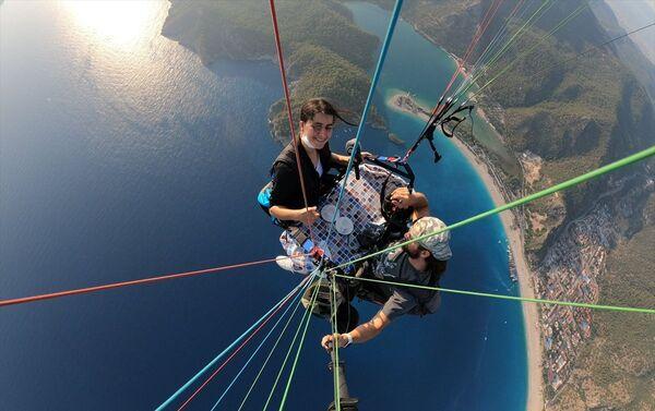 Kaval, uçmanın çocukluk hayali olduğunu, havada kendisini çok daha huzurlu ve güvende hissettiğini söyledi.  - Sputnik Türkiye