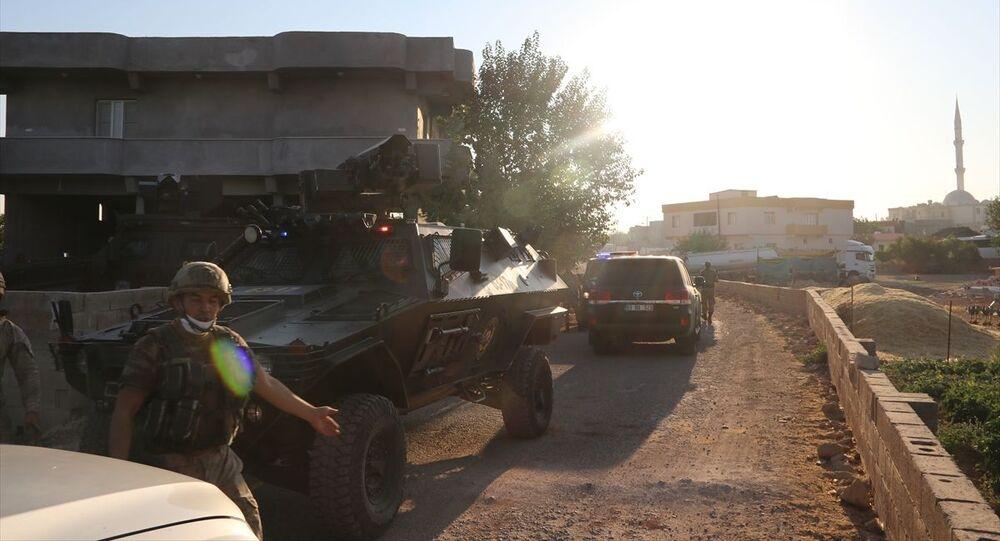 Şanlıurfa'nın Birecik ilçesinde iki aile arasında çıkan silahlı kavgada 2 kişi öldü, 5 kişi yaralandı. Yaralılar 112 Acil Servis ekiplerince Birecik Devlet Hastanesi'ne kaldırıldı. Hastane çevresinde geniş güvenlik önlemleri alındı.