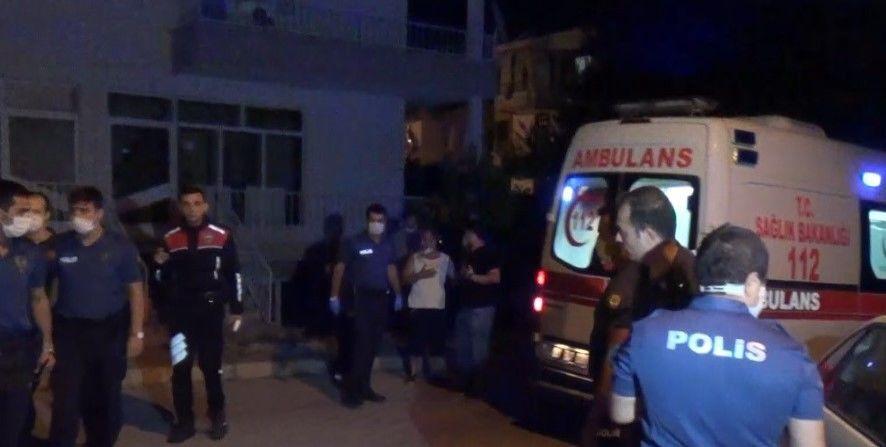 Afyonkarahisar'da Koronavirüs (Kovid-19) tedbirleri kapsamında devam eden sokak düğününü sonlandırmak isteyen polislere alkollü grup sandalye ve masalar ile saldırdı.