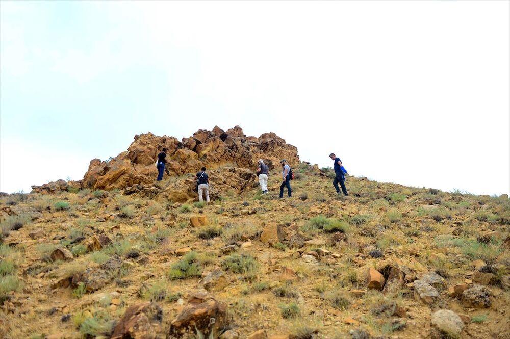 Alandaki kayalıklarda çeşitli fosillerin tespit edildiğini aktaran Alma, Ciddi anlamda detaylı bir çalışma gerekiyor. Bu nedenle paleontoloji uzmanı olan arkadaşlarla irtibata geçtik. Bugün de ciddi bir ekiple buradayız. Uzman arkadaşlarımız yetkin oldukları konularda çalışmalar yapacak. Bu çalışmaların sonucunda daha net bir bilgi paylaşılacak. Bulunan fosiller çok muazzam bir görüntü arz etmektedir. Ayrıca Iğdır Üniversitesinde bulunan müzemizde bu fosilleri de konuşlandırmak istiyoruz diye konuştu.