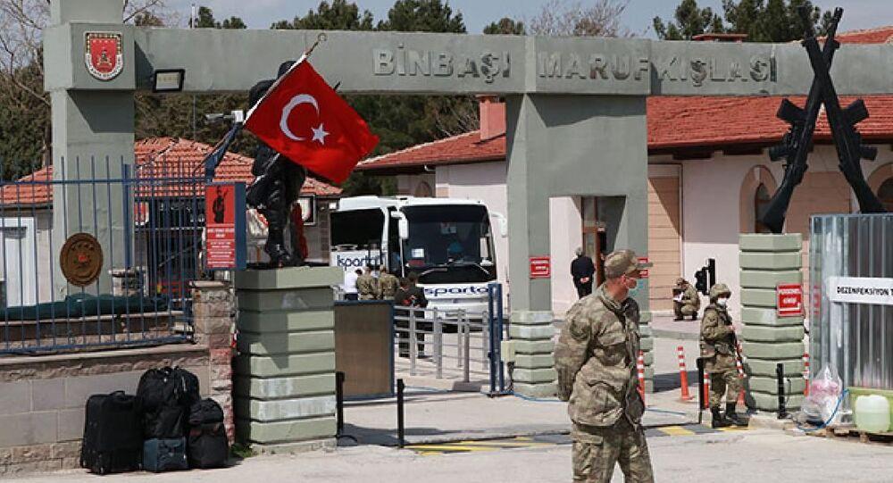 Burdur'da, 58'inci Piyade Alayı'nda Covid-19 testleri pozitif çıkan 33 askerin tedaviye alındığı, temaslı oldukları 221 askerin de öğrenci yurdunda karantinaya alındığı açıklandı. Milli Savunma Bakanlığı'ndan konuyla ilgili açıklama geldi.