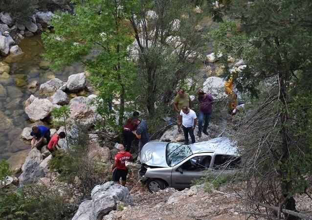 Antalya'nın Alanya ilçesinde uçuruma yuvarlanan otomobildeki 3 kişi öldü, 4 kişi yaralandı.