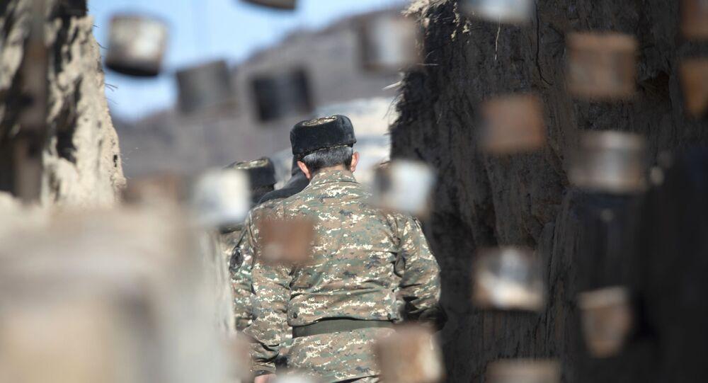 Ermenistan-Azerbaycan sınırında bir asker