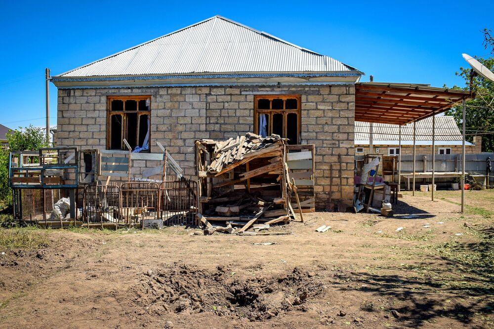 Azerbaycan'ın Ermenistan sınırındaki Dondar Guşçu köyünde, saldırı sonucu bir evde oluşan hasar