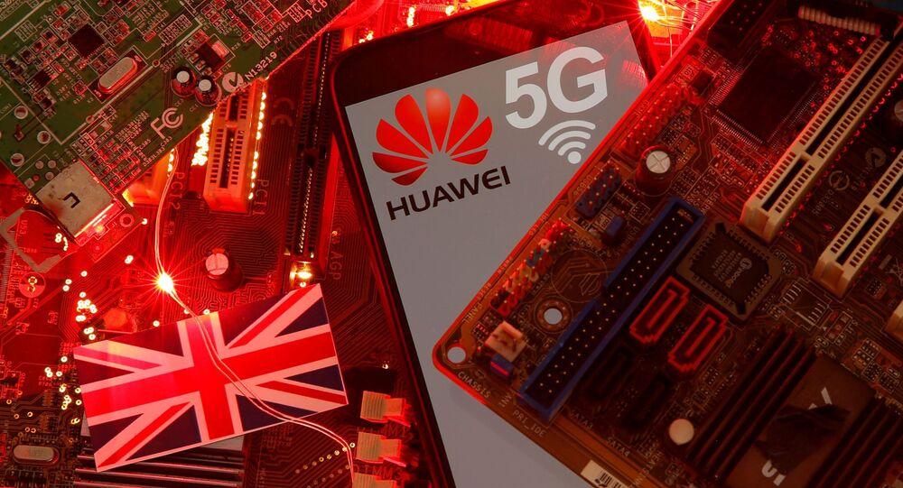 Britanya Bayrağı üzerinde duran 5G ağı logosuyla Huawei marka akıllı telefon (illüstrasyon)